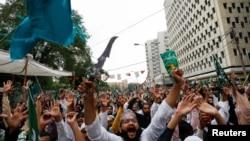 پاکستان کې د حقونو یوه فعاله سلما جعفر په سماجي وېب پاڼې ټوېټر د عمران خان په بیان لیکلي دي چې اول یې دا ډله ( تحریک لبېک) ترهګره وګرځوله او په دویمه ورځ ورسره خبرې کوي. د تحریک انصاف حکومت ته یقین نشته چې په دې ډله بندېز دی او کنه یا بیا ښه ترهګر دي ؟