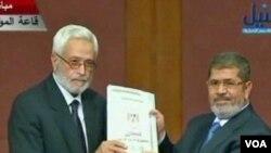 صدر مرسی آئینی مسودہ دکھا رہے ہیں