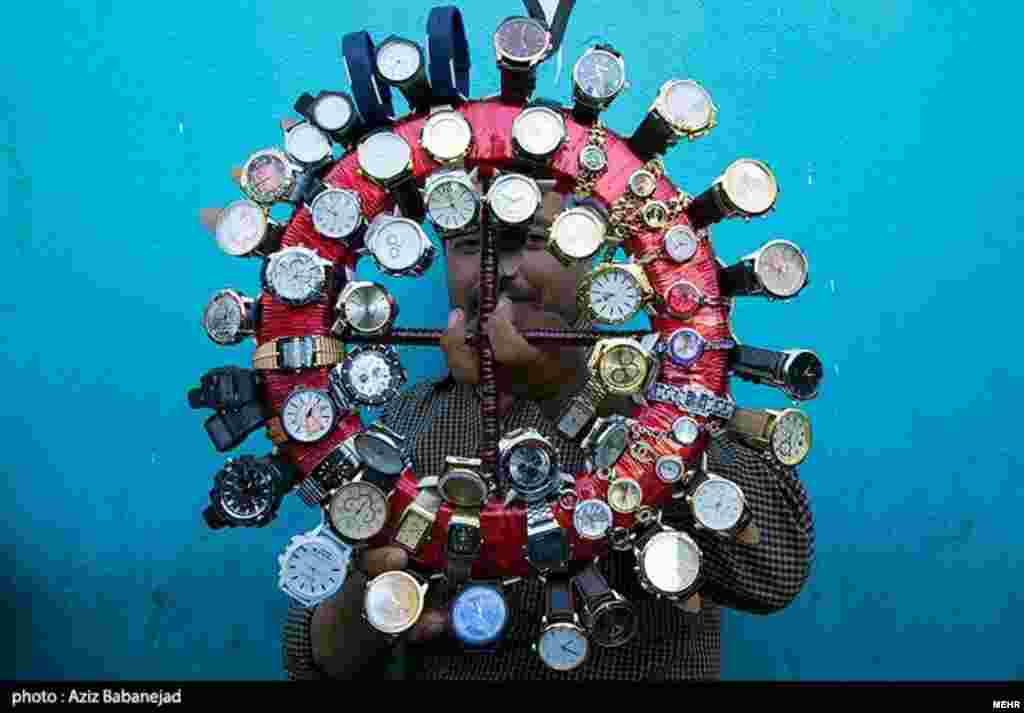 ابتکار ساعت فروش لرستانی در بازار عید. این روزها بازار دستفروشان پررونق است.