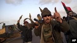 리비아 반정부 세력이 5일(현지시간) 리비아 소규모 마을 빈 자와드를 장악하고 기뻐하고 있다.