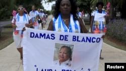 """2015年9月13日反对派""""白衣女士""""领导人贝塔·索勒在哈瓦那举行反政府抗议活动"""