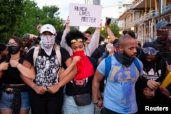 A group of protesters during a standoff with police during a protest against the death in Minneapolis of African-American man George Floyd, in Downtown Atlanta, Georgia, U.S. May 31, 2020. (REUTERS/Dustin Chambers)
