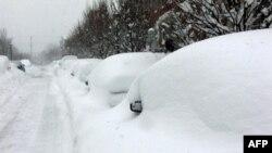 Xe bị chôn vùi dưới tuyết ở thủ đô Washington