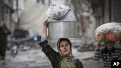 11일 시리아 알레포에서 정부군과 반군의 교전을 피해 대피하는 주민들.