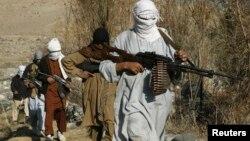 افغان صوبے ننگرہار کے ایک نامعلوم مقام پر موجود مسلح طالبان۔ 7 جولائی 2017۔ فوٹو روئیٹرز