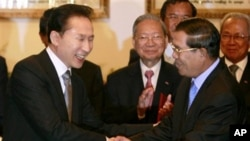 Cambodian Prime Minister Hun Sen, second right, shakes hands with South Korean President Lee Myung-bak after they ended their summit in Phnom Penh, October 2009.