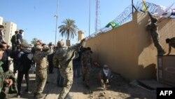 Hôm 31/12/2019, hàng ngàn người biểu tình và các chiến binh dân quân tập trung bên ngoài cổng sứ quán Mỹ ở Iraq.