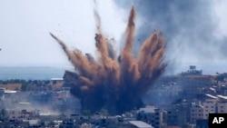د می د ۱۳ نېټې په دې تصویر کې په غزه کې په یوې ودانۍ د اسرایلي هوايي حملې وروسته منظر لیدل کېږي. دا تصویر ای پي خبري ادارې شایع کړی دی