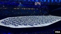 Những vũ công trình diễn trong lễ khai mạc Thế vận hội Rio 2016, ngày 5 tháng 8 năm 2016, Rio De Janeiro, Braxin. (P. Brewer/VOA)