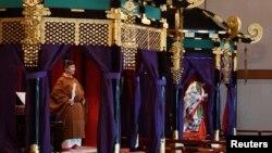 Kaisar baru Jepang, Naruhito dan permaisuri Masako dalam upacara penobatan di Istana Kekaisaran Jepang di Tokyo, Jepang, 22 Oktober 2019.