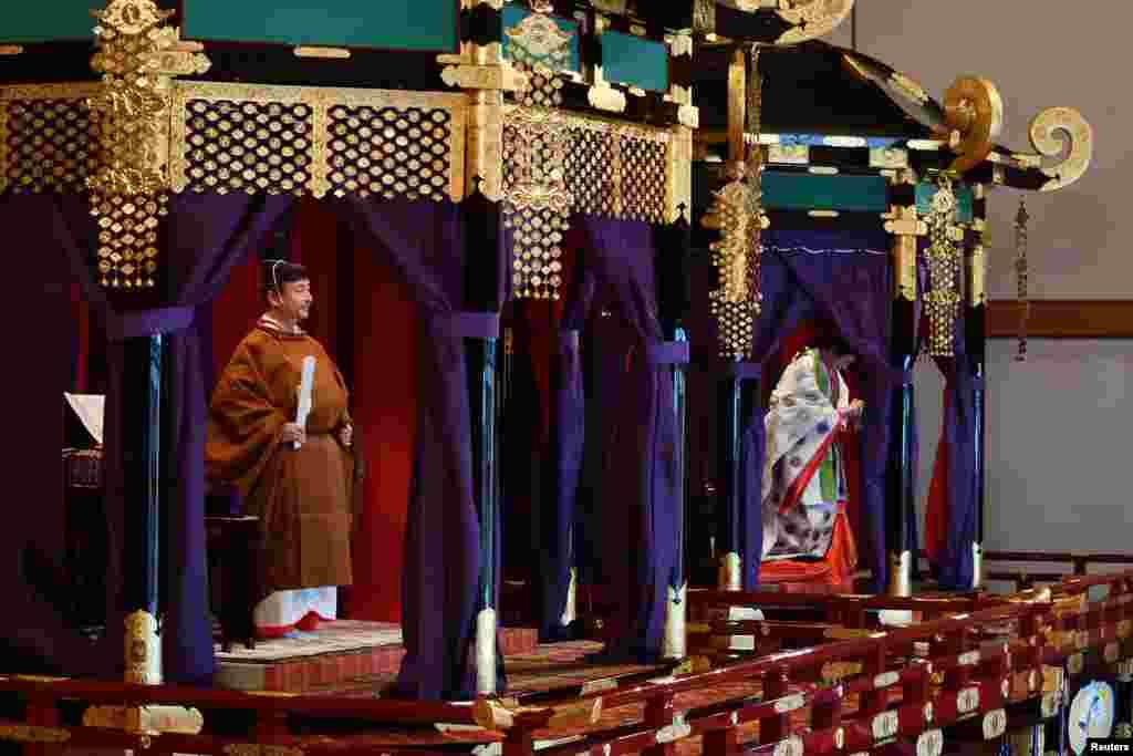 جاپان کے دارالحکومت ٹوکیو کے شاہی محل میں منگل کو ہونے والی تقریب میں شہنشاہ ناروہیٹو کی کی تاج پوشی کی گئی