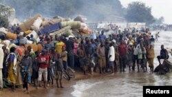 Burundian refugees gather on the shores of Lake Tanganyika in Kagunga village, western Tanzania, May 17, 2015.