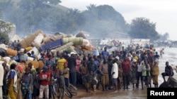 Des réfugiés tanzaniens attendant d'être transportés à travers le Lac Tanganyika vers l'Ouest de la Tanzanie