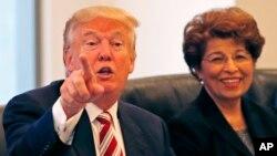 Donald Trump, dalam pertemuan dengan komunitas Hispanik (Latino) di New York, Selasa (20/12). Trump mempertimbangkan Jovita Carranza, keturunan hispanik (kanan) sebagai Kepala Kantor Perwakilan Dagang AS atau USTR.