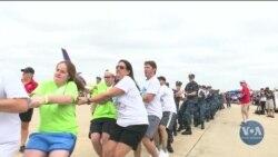 """Змагання """"перетягування літаків"""" на підтримку Спеціальної дитячої олімпіади. Відео"""