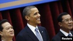 Tổng thống Mỹ Barack Obama chụp hình lưu niệm với Thủ tướng Việt Nam Nguyễn Tấn Dũng và Thủ tướng Campuchia Hun Sen tại Cung Hòa bình ở Phnom Penh, ngày 19/11/2012.