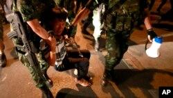 Tentara Thailand menahan demonstran pro-pemerintah dalam protes melawan kudeta di Bangkok, Mei 2014. (AP/Wason Wanichakorn)