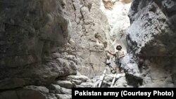 Tentara Pakistan merilis foto yang mereka sebut sebagai gua di Mastung di mana para militan bersembunyi.