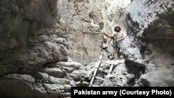 巴基斯坦军方向媒体公布的据称是激进分子藏身洞穴的照片。