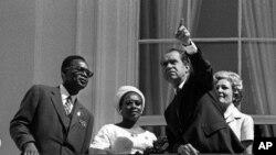 Presidente Nixon, na varanda da Casa Branca, com Mobutu Sese Seko (então Joseph Mobutu), em Agosto de 1970. Os estados Unidos queriam manter neutralidade durante a guerra colonial portuguesa. mas receando a queda do regime de Lisboa, Mobutu queria que os