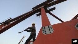 ກໍາມະກອນຄົນນຶ່ງກໍາລັງເຮັດວຽກ ກ່ຽວກັບການກໍ່ສ້າງລາງລົດໄຟຄວາມໄວສູງ ທີ່ເມືອງ Hefei ແຂວງ Anhui ປະເທດຈີນ, ວັນທີ 4 ເດືອນມັງກອນ 2011. REUTERS/Stringer (CHINA - Tags: BUSINESS TRANSPORT CONSTRUCTION)