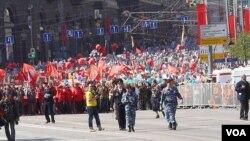 9日紅場閱兵後,莫斯科民眾遊行紀念當年參加戰爭的親人(美國之音白樺拍攝)