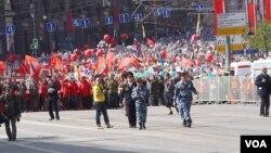 5月9日红场阅兵后,莫斯科民众游行纪念当年参加战争的亲人(美国之音白桦拍摄)