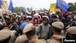 Para pekerja di daerah industri di Tangerang berdemonstrasi menuntut perbaikan upah dan kontrak. (Foto: Reuters)