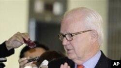 22일 일본 외무상과의 회담 이후 기자단에 둘러싸인 보즈워드 대북 특사