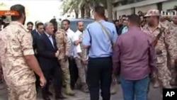 납치됐다가 풀려난 리비아의 알리 제이단 총리가 10일 리비아 수도 트리폴리아에 위치한 총리실을 향하고 있다.