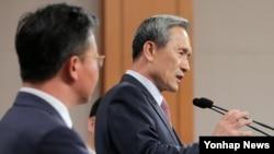 김관진 한국 국가안보실장이 지난 25일 청와대에서 남북 공동합의문을 발표하고 있다. 왼쪽은 홍용표 통일부 장관. (자료사진)