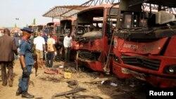 14일 나이지리아 아부자 인근 냐냐 버스정류장에서 폭탄 테러가 발생했다. 폭발물 전문가들이 현장을 조사하고 있다.