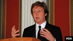 Mantan anggota The Beatles, Paul McCartney menerima 'Legion of Honor' dari Presiden Perancis (foto: dok).
