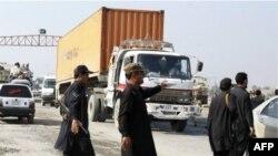 Nhân viên an ninh Pakistan chận xe vận tải chở tiếp liệu cho lực lượng NATO ở Afghanistan, tại chốt kiểm soát trong khu vực bộ tộc Khyber, Pakistan trong khi xe đang trên đường đến vùng biên giới Torkham