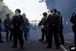 İğtişaş polisi etirazçıları Lafayette Parkından çıxarır.