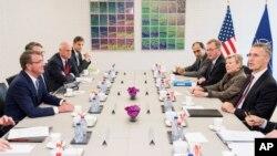 26일 벨기에 브뤼셀에서 진행된 북대서양조약기구(나토) 국방장관 회의 참석자들이 본격적인 논의에 앞서 담소하고 있다. 왼쪽은 애슈턴 카터 미 국방장관, 오른쪽이 옌스 스톨텐베르그 나토 사무총장.