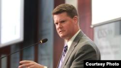 美国国防部印太安全事务助理部长薛瑞福(Randall G. Schriver)8月28日在华府智库发表讲话。