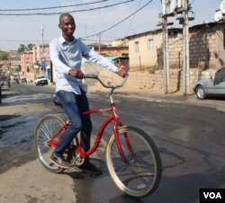Jeffrey Mulaudzi says his mission is to facilitate interaction between foreign visitors and Alexandra residents, to prove that the area isn't as dangerous as people think. (D. Taylor/VOA)