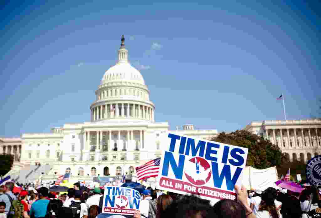 """Một đám đông đứng trước tòa nhà trụ sở Quốc hội ở thủ đô Washington trong buổi biểu tình """"Rally for Citizenship"""" kêu gọi cải tổ di trú, 10 tháng 4, 2013. (VOA/Alison Klein )"""