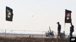 반체제인사들이 수감된 수용소를 지키는 이라크 경찰