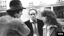 El director de 'El último tango en París' Bernardo Bertolucci, dando instrucciones a Marlon Brando y Maria Schneider.