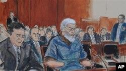 在这种法庭绘画中,被控从事恐怖主义活动的激进穆斯林教士阿布•哈马扎•马斯里(中)在辩护律师陪伴下在纽约曼哈顿联邦法庭露面。(2012年10月9日)