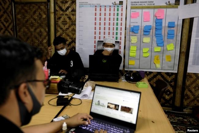 Para pekerja di kantor peternakan Mahir Farm menjelang Idul Adha di tengah pandemi virus corona (Covid-19), di Bogor, Jawa Barat, 28 Juli 2020. (Foto: Reuters)