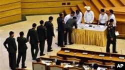 25일 미얀마 의회가 군부 개헌 거부권 중단하는 내용을 투표하고 있다.