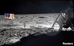Astronavt Nil Armstrong, Apollo 11 missiyasi rahbari Oyda. 20-iyul, 1969-yil.