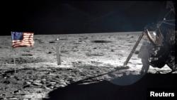 美国宇航员阿密斯特朗1969年7月20日在月球表面站在登月舱旁边。