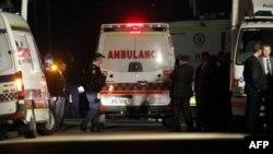 Xe cứu thương bên ngoài tòa nhà của cô gái bị gài bom, Úc, 3/8/2011
