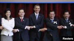 美國總統奧巴馬(中)11月19日出席在柬埔寨舉行的東盟峰會