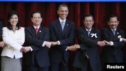 美國總統奧巴馬東盟會議後與各國領袖握手合照