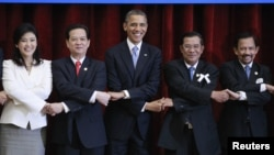 U.S. President Barack Obama (C) participates in a family photo of ASEAN leaders during the ASEAN Summit at the Peace Palace in Phnom Penh November 19, 2012. With Obama are (L-R) Thailand's Prime Minister Yingluck Shinawatra, Vietnam's Prime Minister Nguyen Tan Dung, Cambodia's Prime Minister Hun Sen and Brunei's Sultan Hassanal Bolkiah. REUTERS/Jason Reed